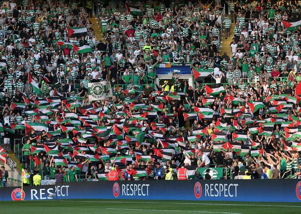 Penyokong Celtic mengibarkan bendera Palestin di Celtic Park.