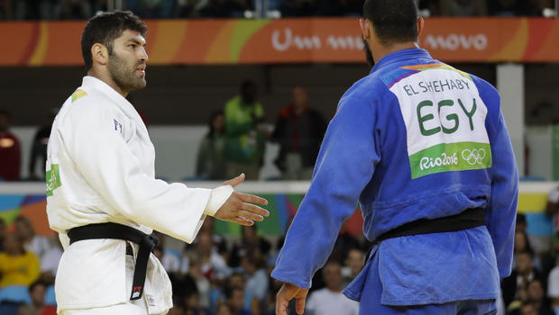 El Shehaby berundur ketika Sasson menghulur tangan.
