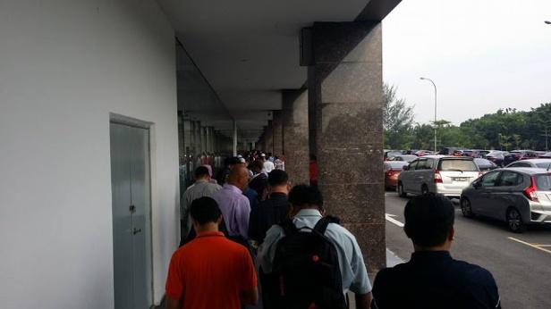 Orang ramai beratur sehingga luar kaunter KWSP